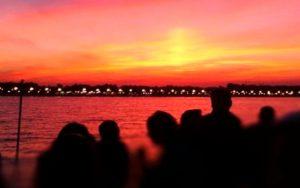 grupo de personas en una fiesta sunday sunset sobre catamaran en Valencia