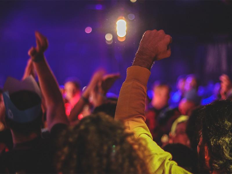 gente joven disfrutando del ocio nocturnoy la fiesta en una discoteca de Valencia
