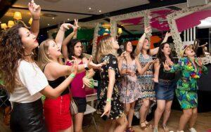 grupo de amigas cantando y bailando en una fiesta de despedida de soltera en un restaurante de Valencia