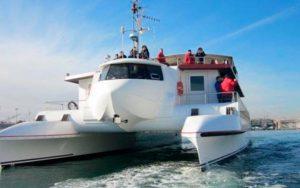 personas disfrutando de un paseo en catamaran en Valencia