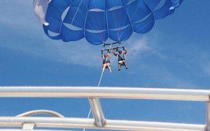 personas practicando parasailing en la Costa Blanca de Dénia