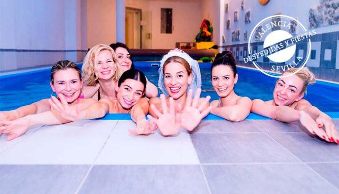 novia y amigas en una piscina en su despedida de soltera de fin de semana