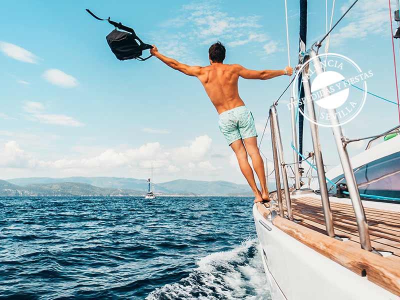 novio en su fiesta despedida de soltero en barco organizada en Valencia