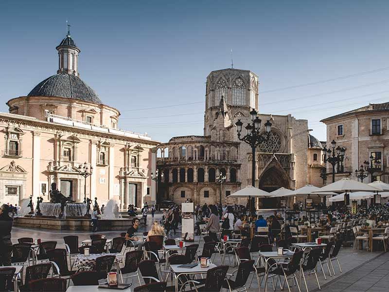 personas disfrutando de un dia de fiesta en la Plaza de la Virgen de Valencia