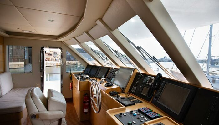 puente de mando de un yate de lujo preparado para una fiesta en el puerto de Dénia