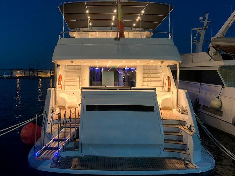 yate de lujo amarado por la noche en el puerto de Dénia